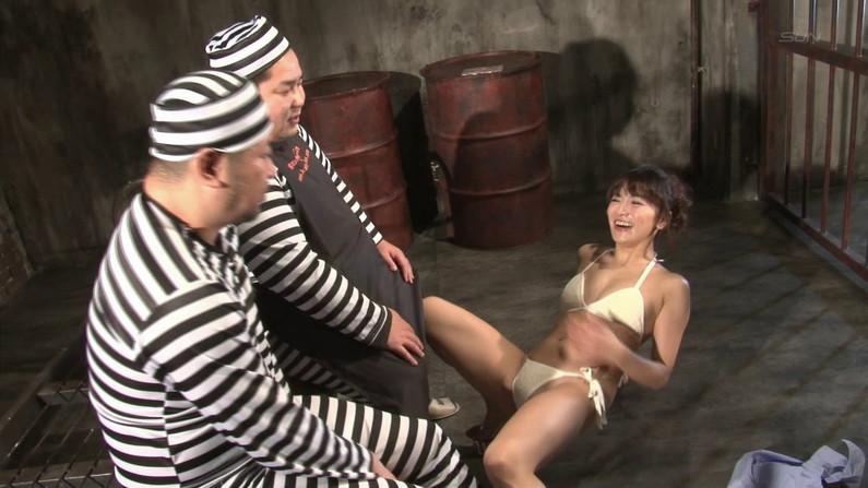 【お宝キャプ画像】爆乳の女の子がオッパイ丸出しでオッパイにマフラー擦り付けてたww 41
