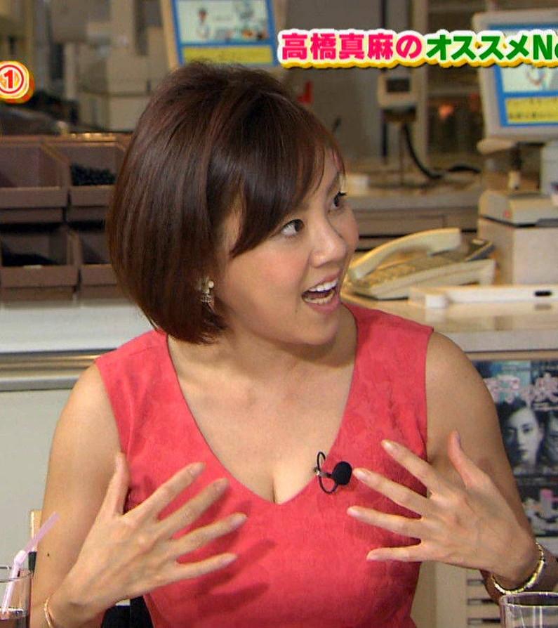 【胸ちらキャプ画像】巨乳だろうが貧乳だろうが関係なくテレビでは胸ちら見放題w 01
