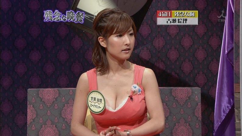 【胸ちらキャプ画像】巨乳だろうが貧乳だろうが関係なくテレビでは胸ちら見放題w 03