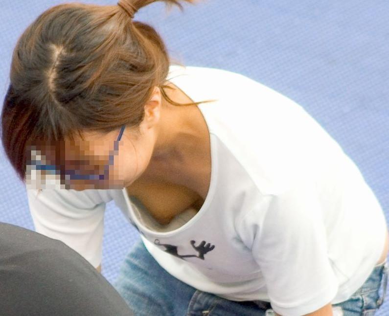 【ポロリキャプ画像】無防備な素人女性多すぎないか!?w乳首まで見えちゃってるぞww 09