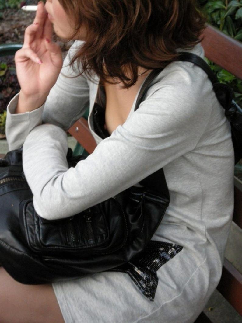 【ポロリキャプ画像】無防備な素人女性多すぎないか!?w乳首まで見えちゃってるぞww 14