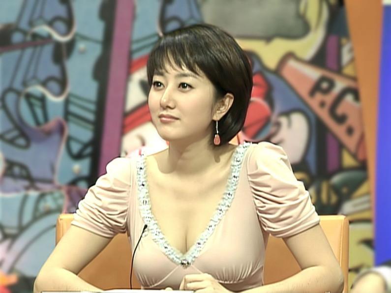 【胸ちらキャプ画像】胸元ゆるゆるのタレント達の谷間が見放題な件ww 10