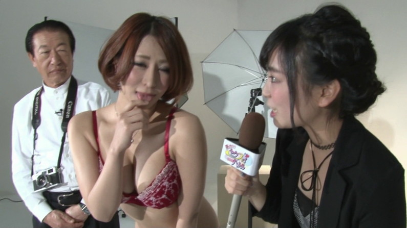 【お宝キャプ画像】巨乳美女が乳首シール貼って登場ww柔らかそうないいオッパイしてるぞw 24