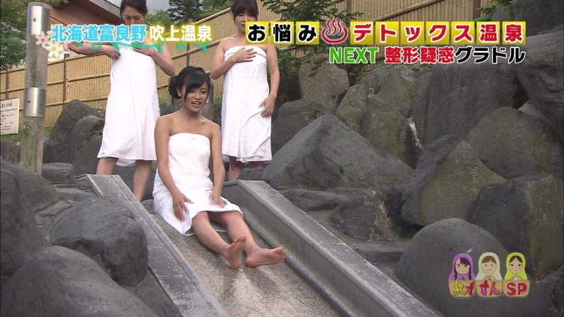 【温泉キャプ画像】あざとくバスタオルからハミ乳させるのが温泉レポのコツらしいぞw 15