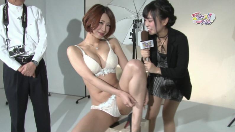 【お宝エロ画像】下着姿の美女が大きなお尻振って誘惑してるぞww 22