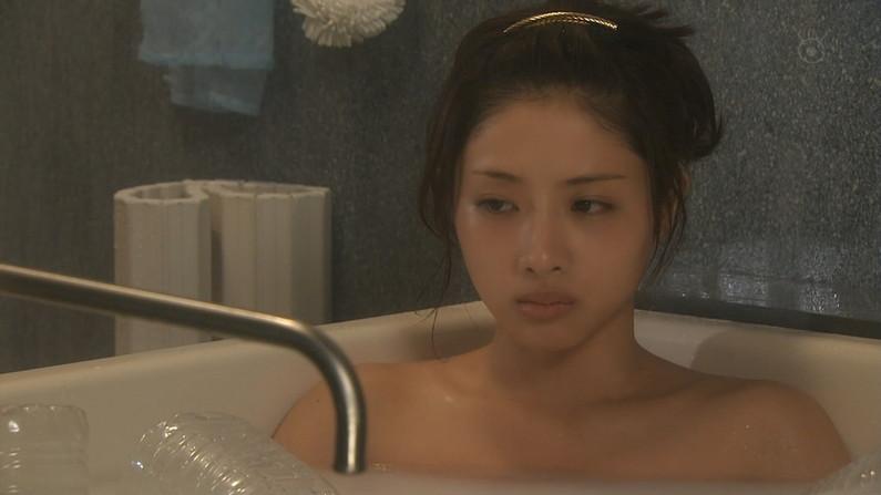 【温泉キャプ画像】谷間見せつける美女達のセクシー入浴シーンって思わず見入ってしまいますねw 21
