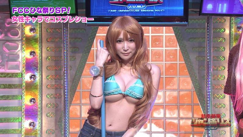 【水着キャプ画像】テレビに水着姿で出てくる美女が、乳首まで見えそうで目が離せんw 07