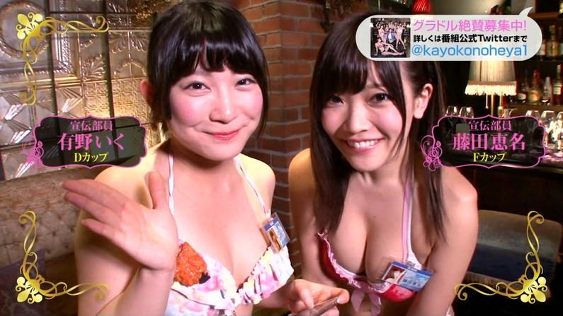 【水着キャプ画像】テレビに水着姿で出てくる美女が、乳首まで見えそうで目が離せんw 20
