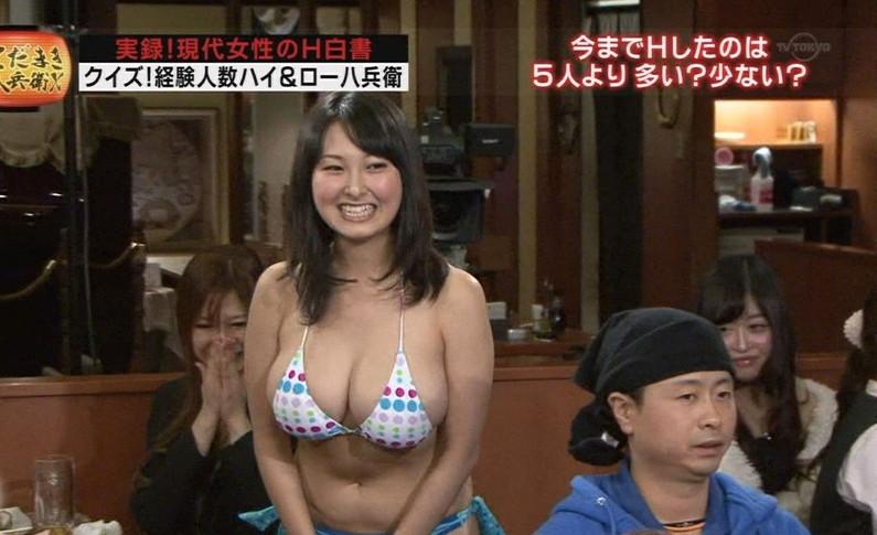 【水着キャプ画像】テレビに水着姿で出てくる美女が、乳首まで見えそうで目が離せんw 22