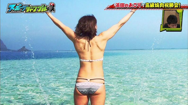【お尻キャプ画像】美女の水着が食い込みまくってもはやハンケツ状態の美女までww 22