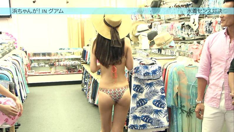 【お尻キャプ画像】美女の水着が食い込みまくってもはやハンケツ状態の美女までww 23