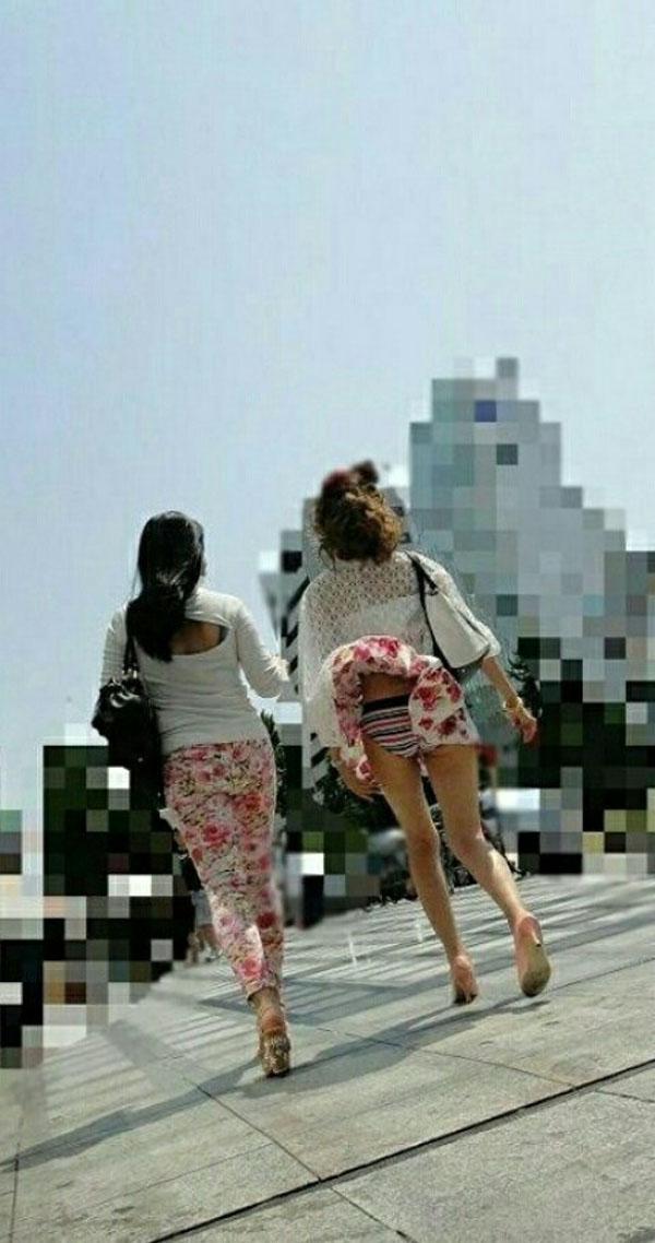 【風チラ画像】突然の突風で隠す暇もなく思いっきりパンツ見えちゃった素人達w 01