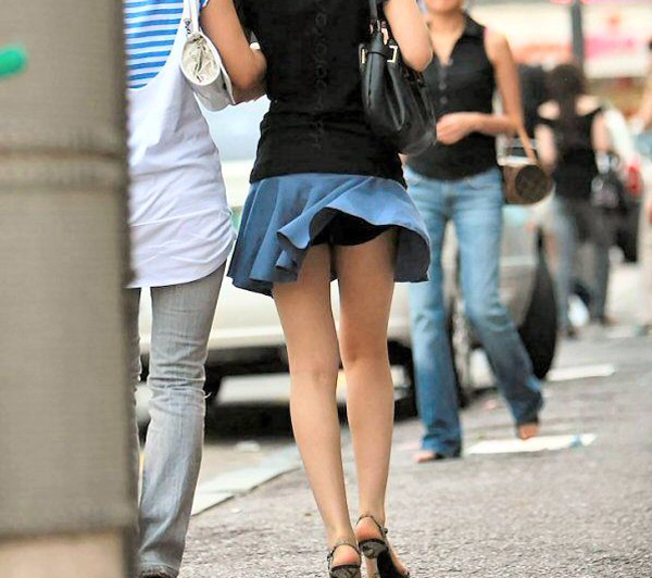 【風チラ画像】突然の突風で隠す暇もなく思いっきりパンツ見えちゃった素人達w 08