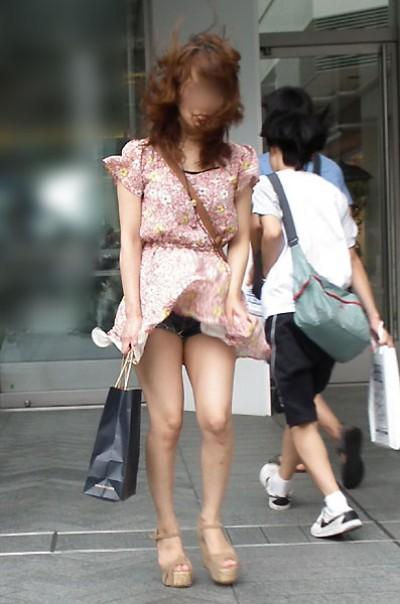 【風チラ画像】突然の突風で隠す暇もなく思いっきりパンツ見えちゃった素人達w 09