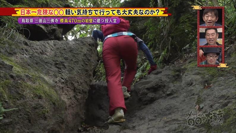 【お尻キャプ画像】お尻の割れ目に食い込むピタパン履いてパン線まで見えちゃってるよww 01