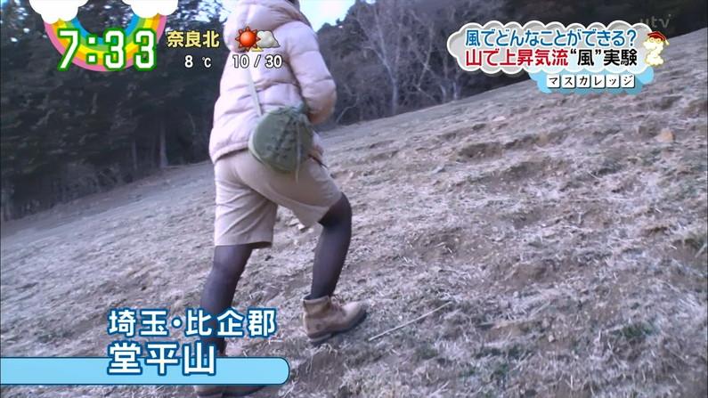 【お尻キャプ画像】お尻の割れ目に食い込むピタパン履いてパン線まで見えちゃってるよww 23