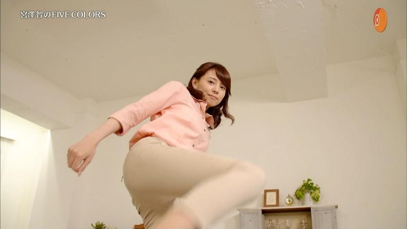 【お尻キャプ画像】女子アナ達のエロいヒップラインがたまらんww 10