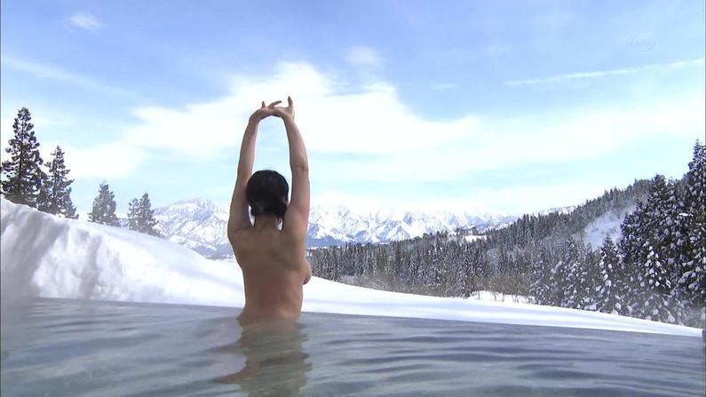 【温泉キャプ画像】タレント達が乳首ギリギリの所でバスタオル巻いてる温泉レポw