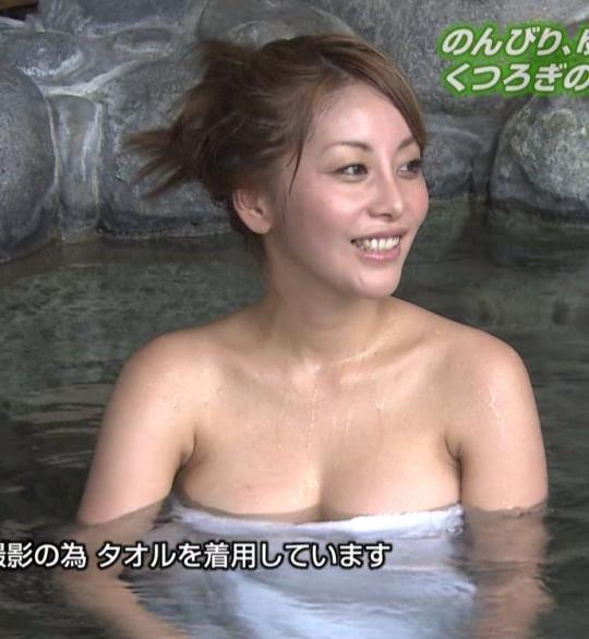 【温泉キャプ画像】タレント達が乳首ギリギリの所でバスタオル巻いてる温泉レポw 23