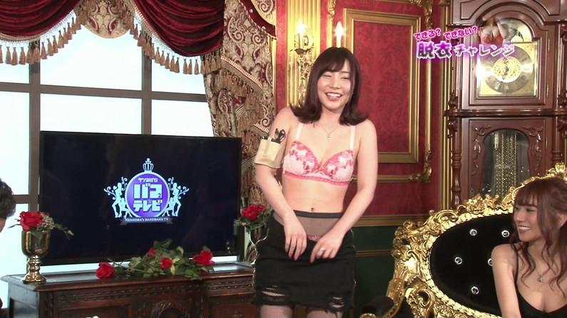【お宝エロ画像】脱衣チャレンジとか言う企画で美女達の脱衣シーンが見れちゃったw 11