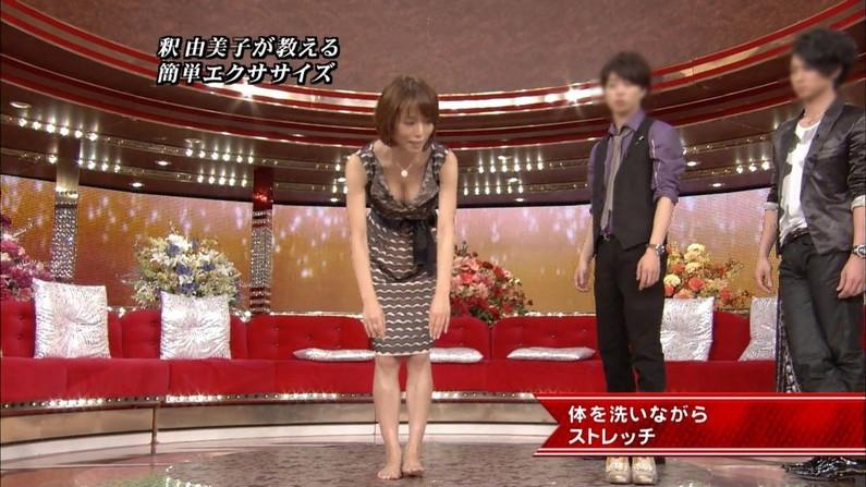 【胸ちらキャプ画像】テレビに映る巨乳美女の谷間から目が離せなくなるw 19