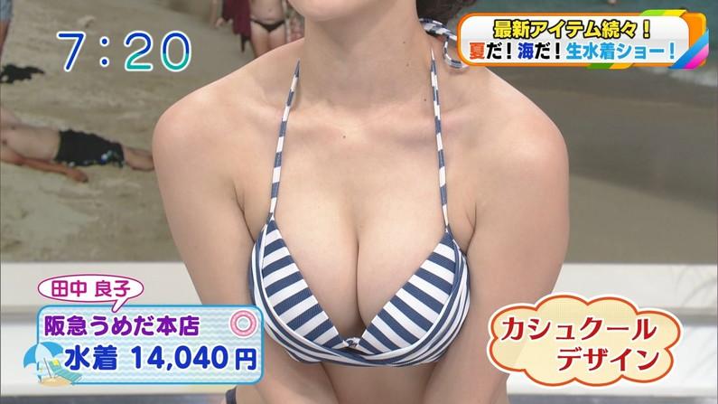 【水着キャプ画像】巨乳の美女がポロリ覚悟でテレビでビキニ着てはしゃぎまくってるw 03