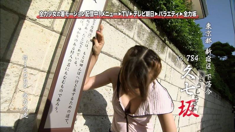 【胸ちらキャプ画像】芸能人たちの深い谷間がテレビに映りまくりw 21