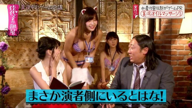 【水着キャプ画像】テレビで小さな水着着せられてハミ乳しまくりの美女達w 04
