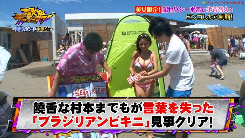 【水着キャプ画像】テレビで小さな水着着せられてハミ乳しまくりの美女達w 07