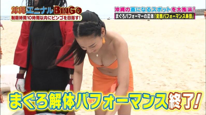 【水着キャプ画像】テレビで小さな水着着せられてハミ乳しまくりの美女達w 09