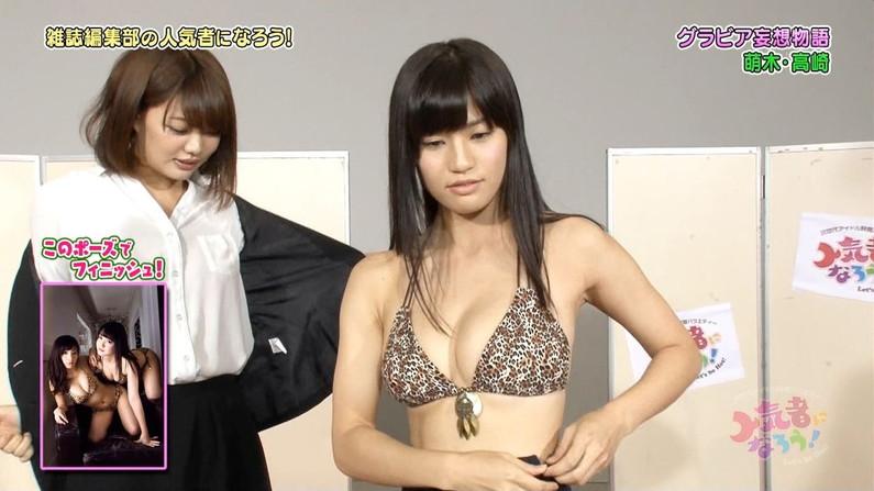 【水着キャプ画像】テレビで小さな水着着せられてハミ乳しまくりの美女達w 10