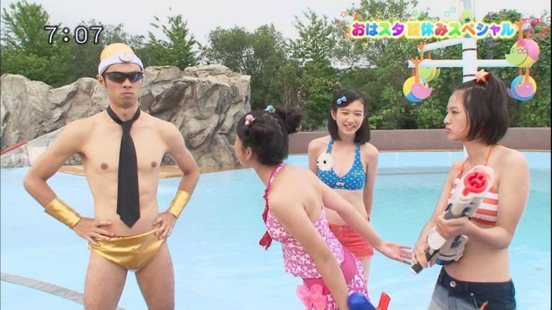 【水着キャプ画像】テレビで小さな水着着せられてハミ乳しまくりの美女達w 22