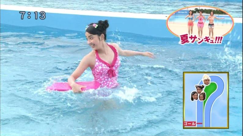 【水着キャプ画像】テレビで小さな水着着せられてハミ乳しまくりの美女達w 23