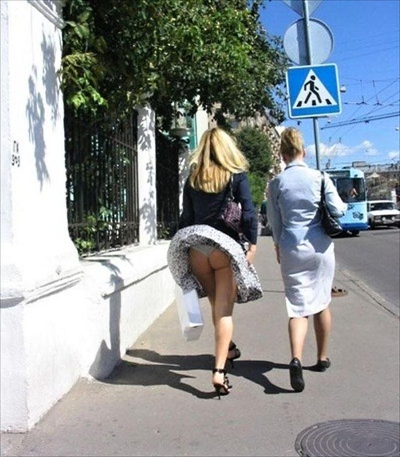 【パンチラ画像】外人さんの風でめくれ上がったスカートの中身Tバック多すぎだろw 06