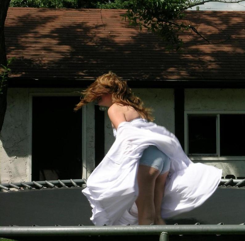 【パンチラ画像】外人さんの風でめくれ上がったスカートの中身Tバック多すぎだろw 10
