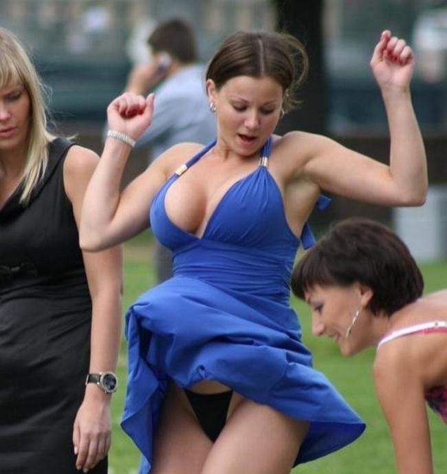 【パンチラ画像】外人さんの風でめくれ上がったスカートの中身Tバック多すぎだろw 11