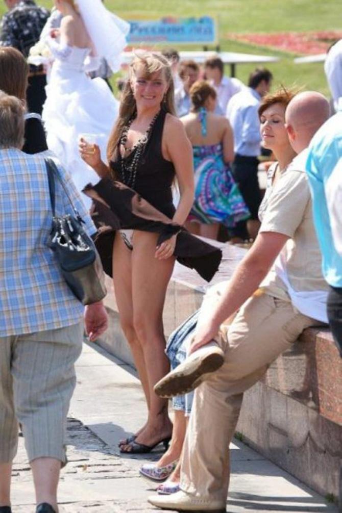 【パンチラ画像】外人さんの風でめくれ上がったスカートの中身Tバック多すぎだろw 12