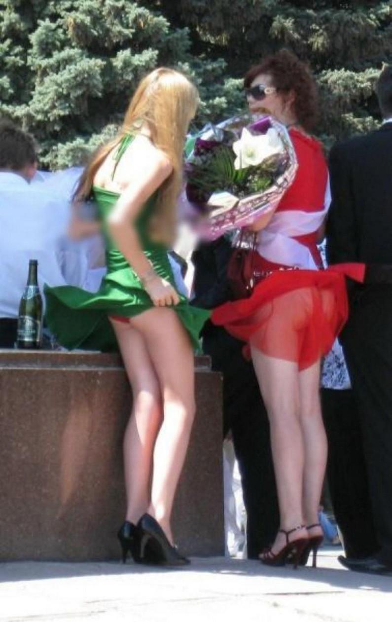 【パンチラ画像】外人さんの風でめくれ上がったスカートの中身Tバック多すぎだろw 13