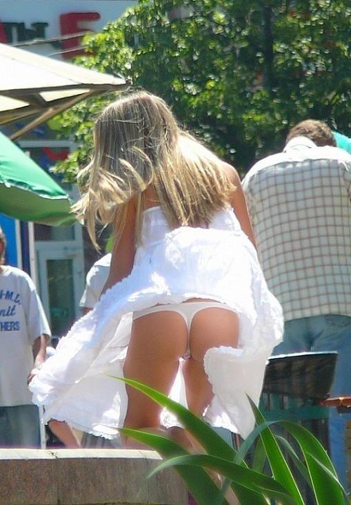 【パンチラ画像】外人さんの風でめくれ上がったスカートの中身Tバック多すぎだろw 18