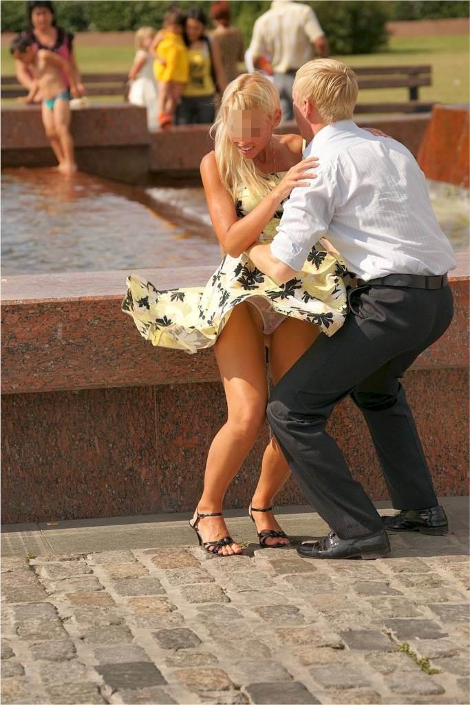 【パンチラ画像】外人さんの風でめくれ上がったスカートの中身Tバック多すぎだろw 19