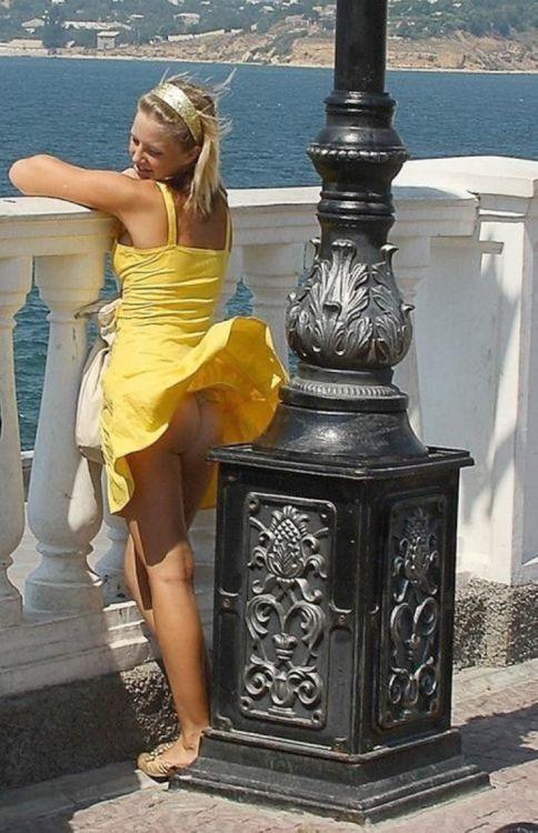 【パンチラ画像】外人さんの風でめくれ上がったスカートの中身Tバック多すぎだろw 20