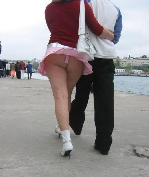 【パンチラ画像】外人さんの風でめくれ上がったスカートの中身Tバック多すぎだろw 23