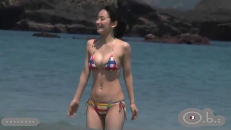 【水着キャプ画像】今年の夏も待ち遠しい!テレビでエロい水着紹介されてる水着美女達w 04