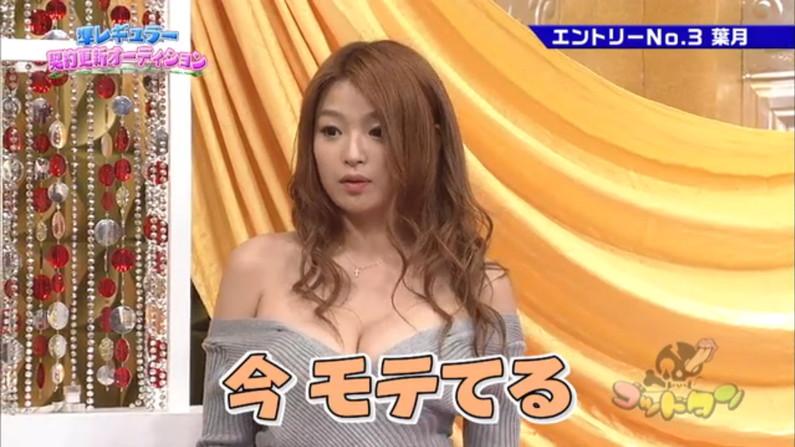 【胸ちらキャプ画像】タレント達のセクシーな胸元からチラリと見える乳房がエロすぎw 24