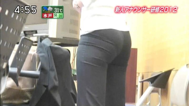 【お尻キャプ画像】タレント達がヒップライン強調するようなズボンでお尻の形が丸わかりw 01