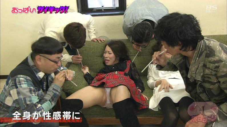 【おマンコキャプ画像】タレントがおマ〇コ見せる勢いで思いっきりお股広げてるww 03