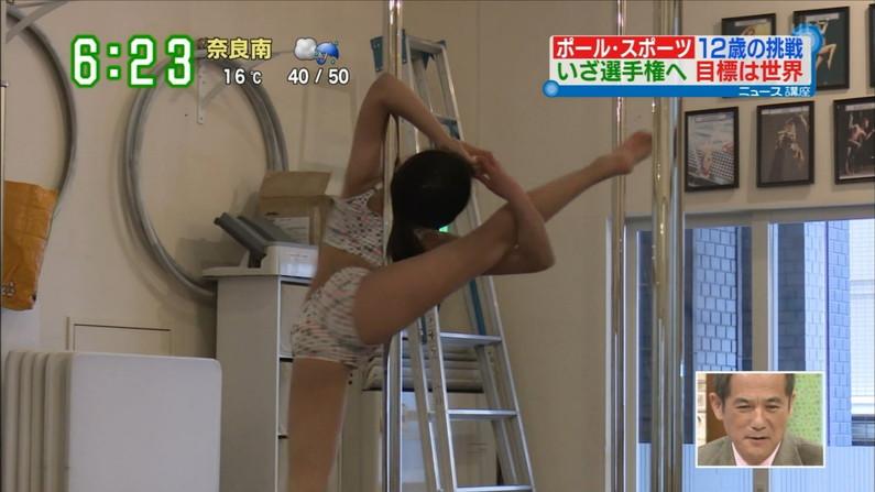 【おマンコキャプ画像】タレントがおマ〇コ見せる勢いで思いっきりお股広げてるww 07