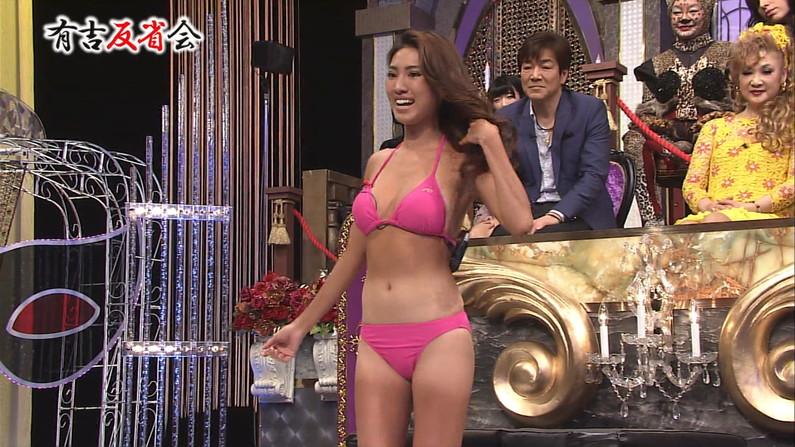 【水着キャプ画像】テレビなのにポロリもかえりみず水着から乳房はみ出しまくってるタレント達w