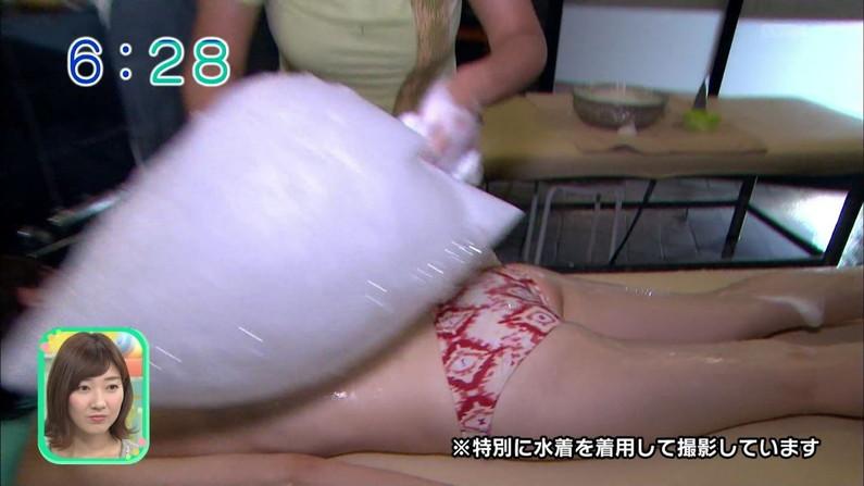 【お尻キャプ画像】テレビなのに思いっきりパンツや水着からハミ尻してるタレント達w 13
