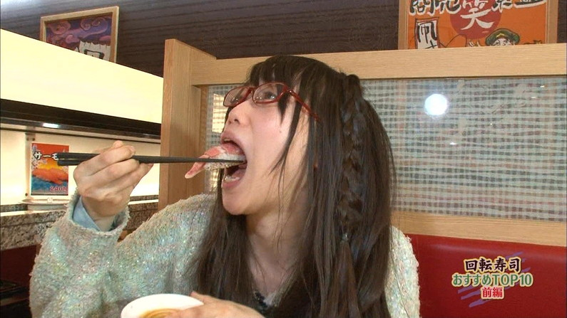 【疑似フェラキャプ画像】そんなエロい顔して食レポするからチ〇コ咥えてるみたいに見えるんだよw 21